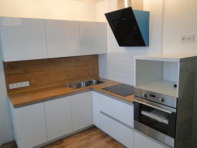 Белая компактная кухня
