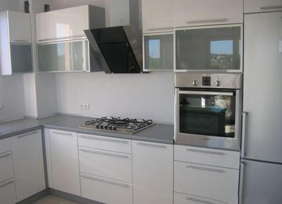 Белая кухня компактной конструкции