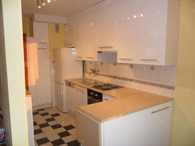 Белая кухня с бежевой столешницей