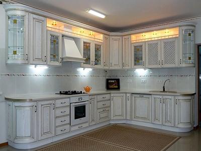Белая кухня с витражными вставками
