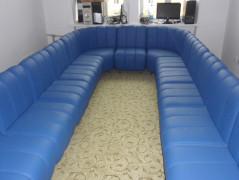 Большой офисный диван синего цвета