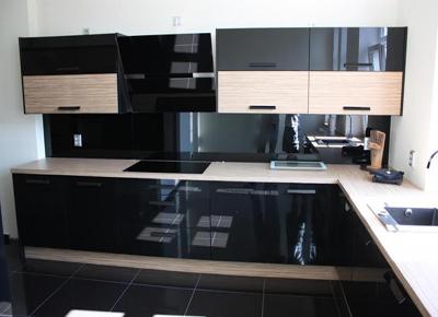 Черная кухня со светлыми вставками