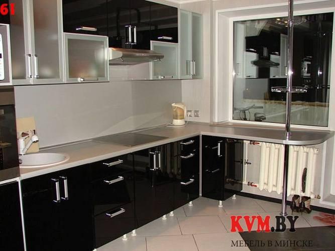 Кухня дизайн с окном и барной стойкой
