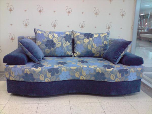 Диван-кровать с подушками в комплекте