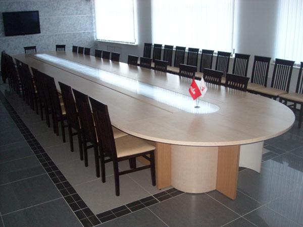 Длинный офисный стол для переговоров