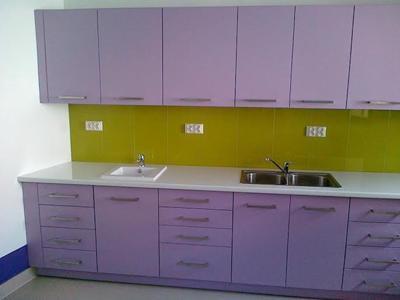 Фиолетовая линейная кухня