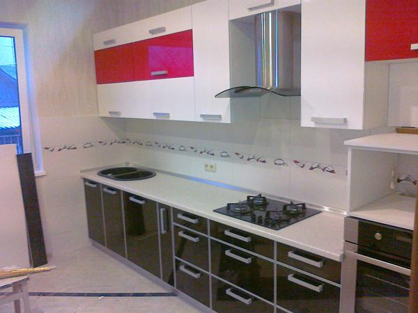 Функциональная кухня с глянцевыми фасадами