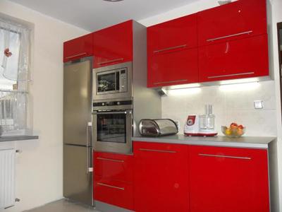 Компактная красная кухня