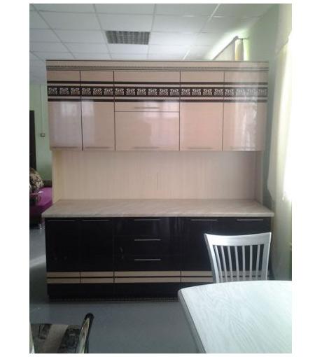 Компактная линейная кухня с бело-розовыми навесными шкафами