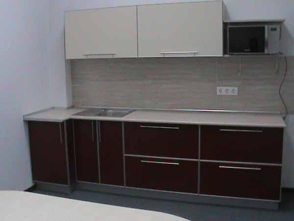 Компактная линейная кухня с контрастным дизайном