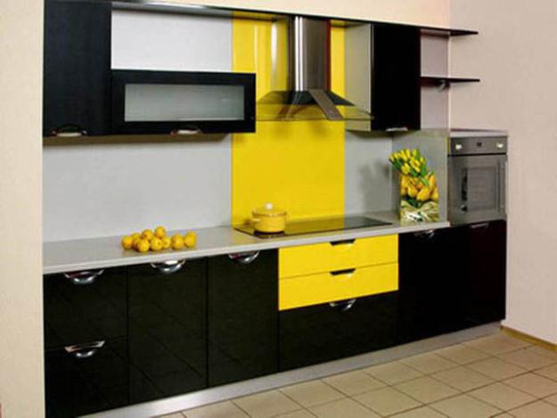 Компактная желто-черная кухня