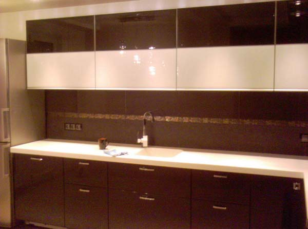 Контрастная угловая кухня