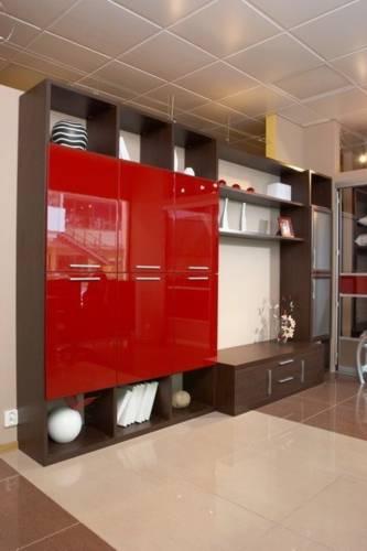 Коричнево-красная стенка для гостиной