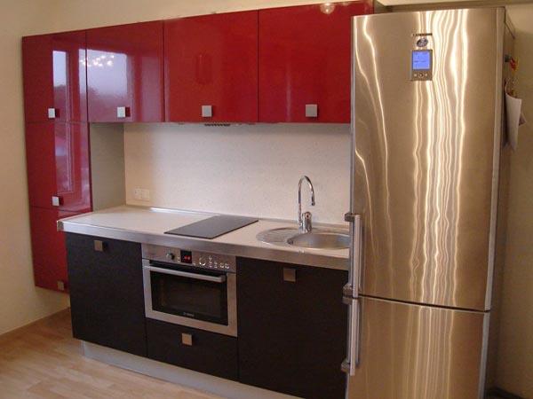 Красно-черная кухня с комбинированными фасадами