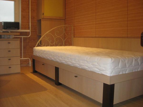 Кровать детская с кованой спинкой