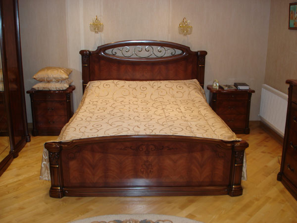 Кровать из массива с декором
