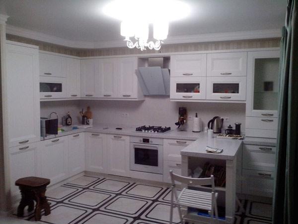 Кухня белая с барной стойкой
