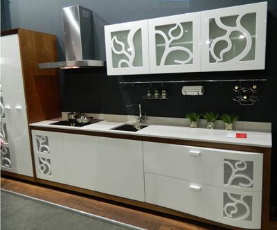 Кухня белая с декором