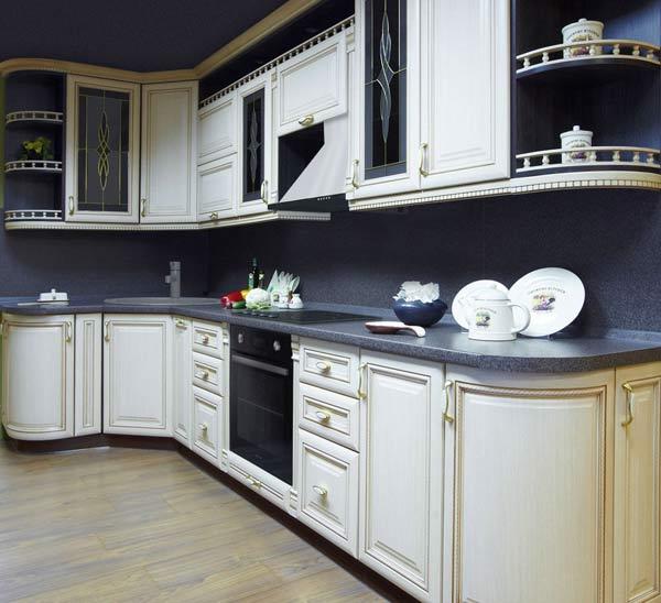 Кухня белая с открытыми полками