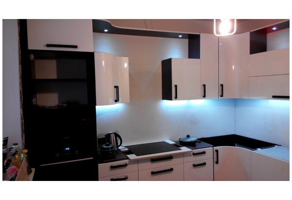 Кухня белая с радиусным закруглением