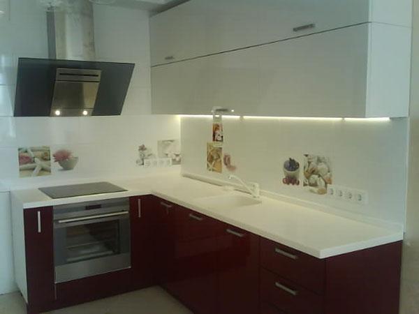 Кухня бело-багровая