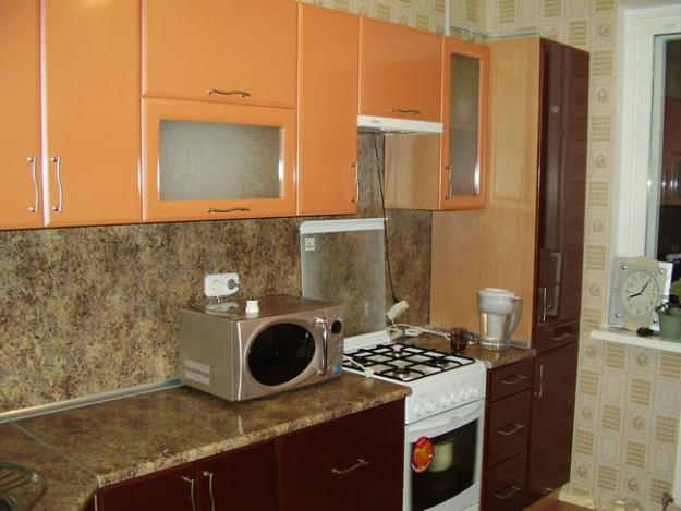 Кухня бордово-оранжевая