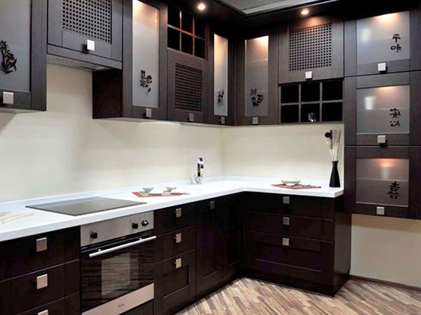 Кухня черная с декором