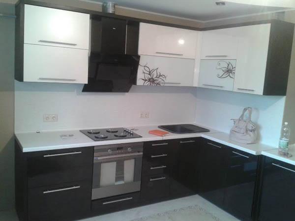 Кухня черно-белая глянец