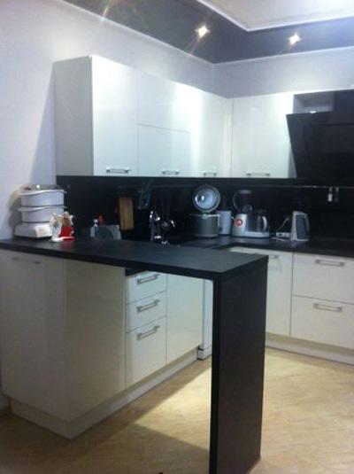 Кухня черно-белая с барной стойкой