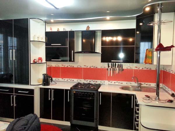 Кухня черно-белая с радиусным карнизом