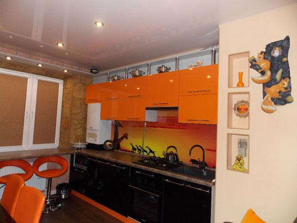 Кухня черно-оранжевая со стеклянным фартуком