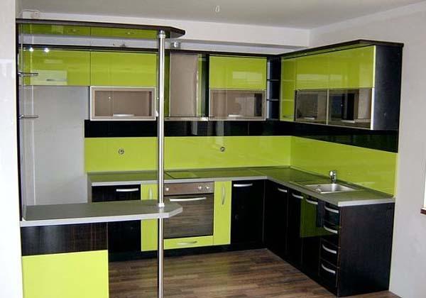 Кухня черно-зеленая с барной стойкой