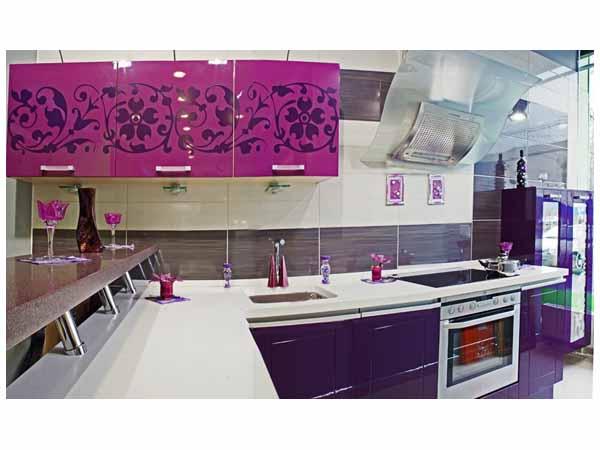 Кухня цвета фуксии с рисунком и барной стойкой