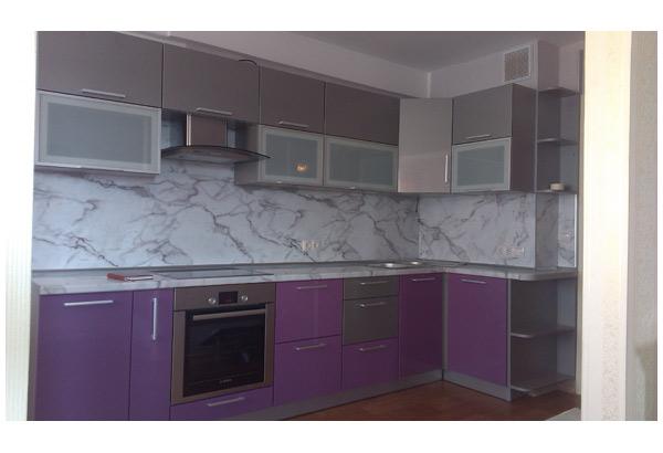 Кухня двухцветная с боковыми полками