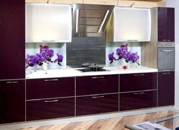 Кухня двухцветная с глянцевым фасадом