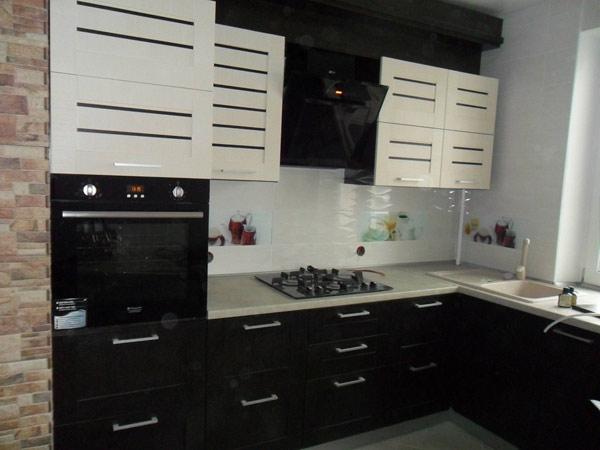 Кухня двухцветная с рамочными фасадами