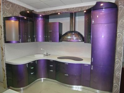 Кухня фиолетовая с гнутыми фасадами