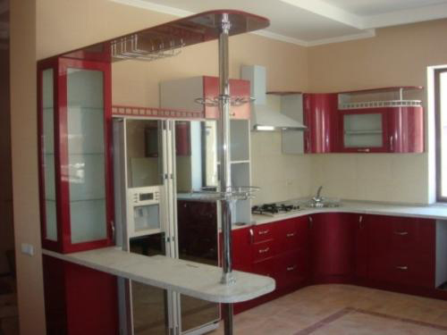 Кухня функциональная с красным фасадом