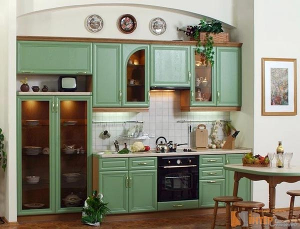 Кухня функциональная с зеленым фасадом
