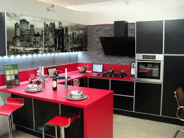 Кухня «Город» с черно-белыми фотостеклами