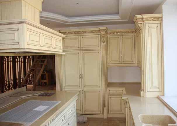 Кухня из массива светлая с резным декором