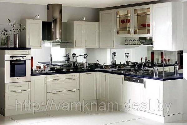 Кухня классическая с зеркальными скинали