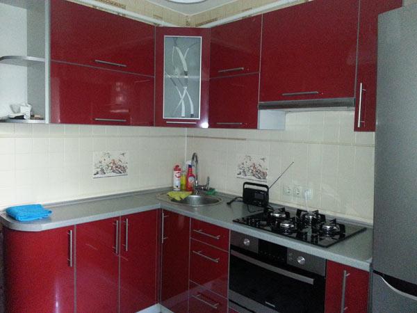 Кухня компактная с красным фасадом