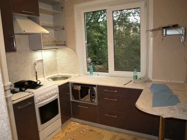 Кухня компактная с угловой приставкой