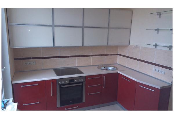 Кухня красно-белая с полками