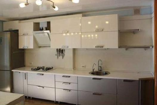 Кухня линейная бело-серая