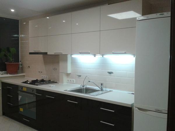 Кухня линейная черно-белая с подсветкой