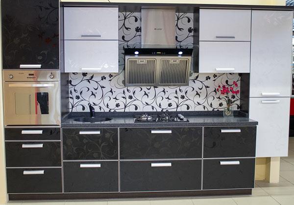 Кухня линейная двухцветная с узорами