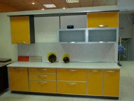 Кухня линейная горчичного цвета