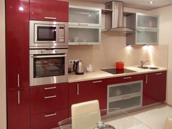 Кухня линейная красная с белой столешницей